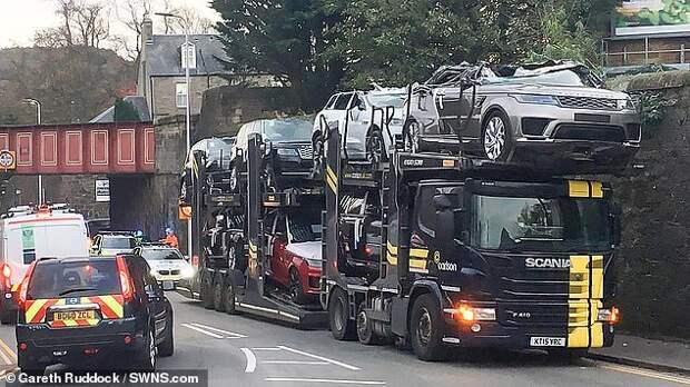 Автовоз не рассчитал высоту моста - и превратил джипы в кабриолеты!