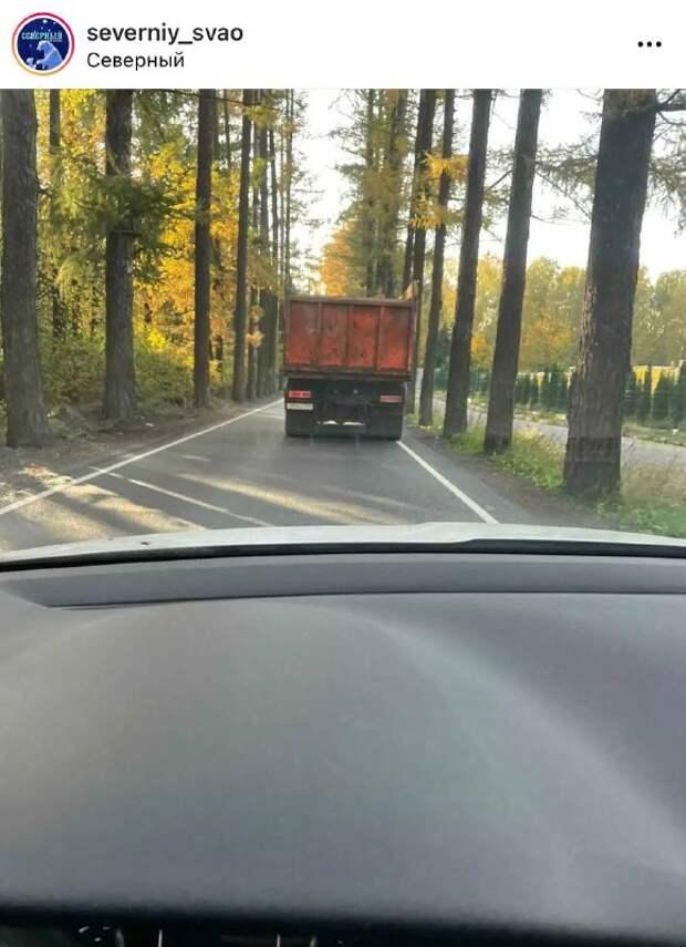 Водители большегрузов игнорируют запрещающий знак заезда на Липкинское шоссе