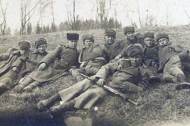 Анатолий Николаев (в центре) в истребительном батальоне, 1945 год./Фото: s10.stc.all.kpcdn.net