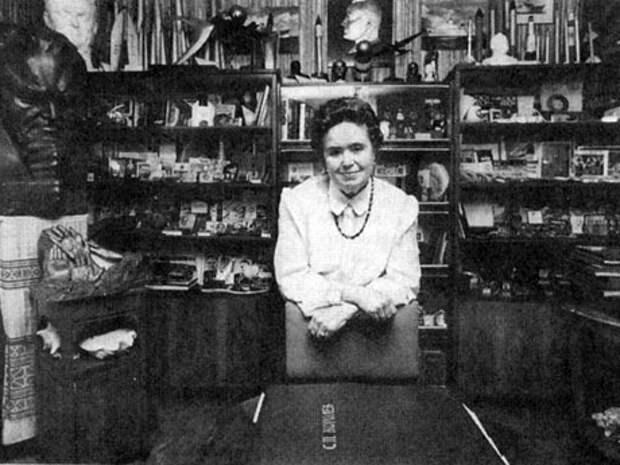 Наталия Сергеевна Королева в домашнем музее отца. 2000 г.