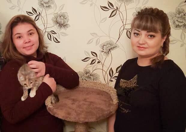 Ксения Творогова (справа) помогает кошкам обрести дом. Фото из личного архива