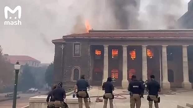 Со вчерашнего дня Кейптаун горит. А точнее – его окраины. Лесной пожар, который начался...