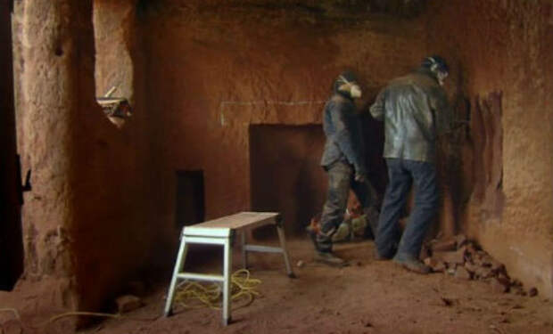 Соседи смеялись над семьей в пещере. Заглянули внутрь и прекратили: камень превратили в дворец