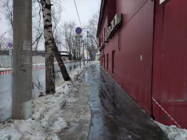 Тротуары на пути к станции «Бескудниково» очистили от снега и льда