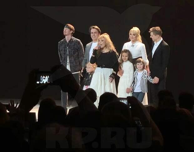 В финале Алла Пугачева вывела на сцене самых близких. Фото: Мария РЕМИЗОВА