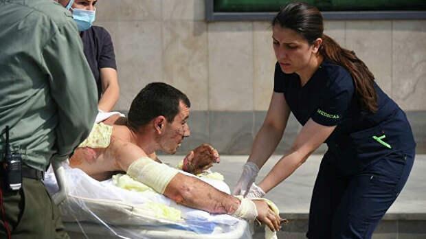 Оказание медицинской помощи мужчине, пострадавшему во время столкновений в Нагорном Карабахе