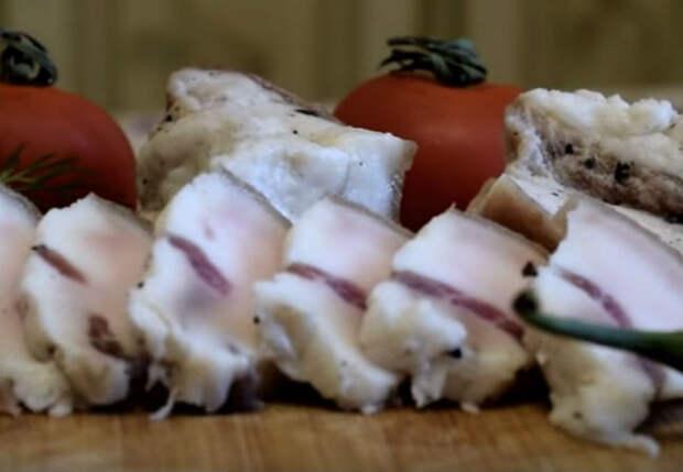 Сало сухого посола: жарим лавровый лист и натираем мясо