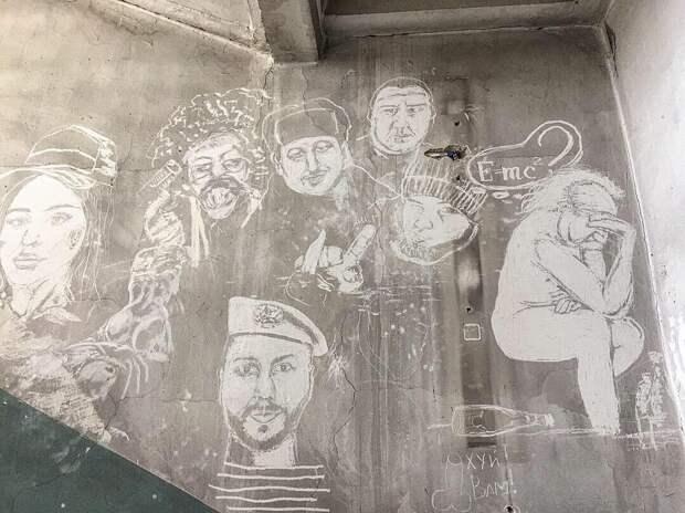 После дешевого тюнинга прокуренный московский подъезд стал арт-объектом