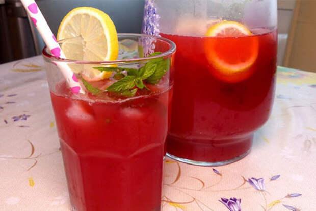 Бодрящий вишневый лимонад