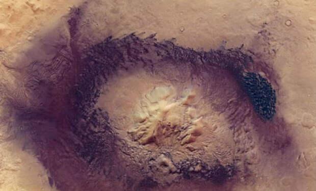 На поверхности Марса увидели провал внутрь: астроном разглядел внутри пирамиду