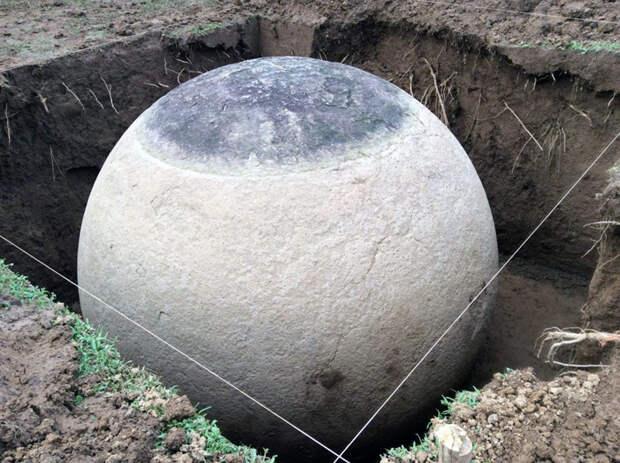 Лежали в земле больше тысячи лет: в Коста-Рике нашли огромные идеально круглые камни