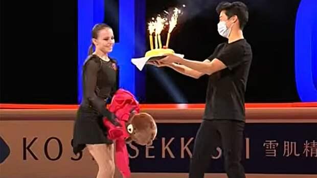 Чен поздравил Щербакову с днем рождения прямо на льду, подарив Анне торт с фейерверками: видео