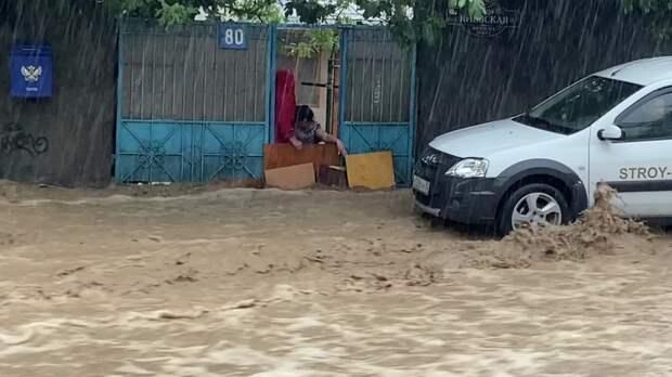 В Ялте объявлена чрезвычайная ситуация. Город закрыт, людей из зоны подтопления эвакуируют
