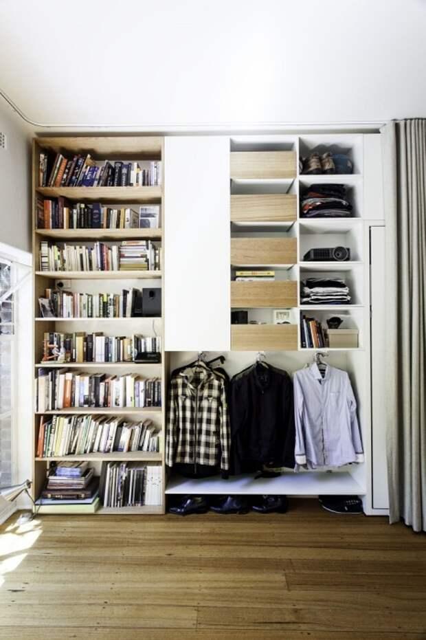 Все вещи можно хранить в одном шкафу в нише, разделив ее на секции. / Фото: happymodern.ru