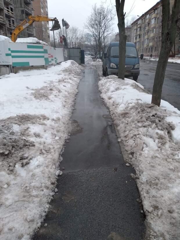 Коммунальщики почистили тротуар на Академика Комарова