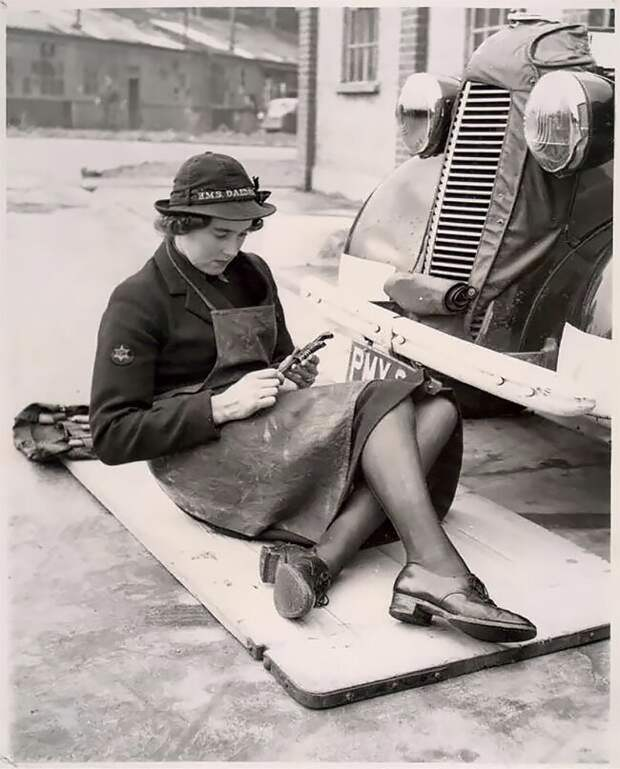 Механик из Женской службы Королевского военно-морского флота (WREN), 1939 - 1945 гг. 20 век, автомеханик, женщина 20 век, женщина и авто, женщина и машина, механики, ретро фото, старые фото