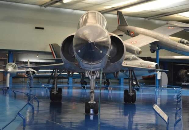 На таком ракурсе самолет «Мираж» III.V похож на свой прототип – если отвлечься от размеров и не смотреть на усиленные шасси со сдвоенными колесами
