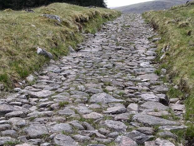 Часть дороги, сохранившейся со времен римлян, в Шотландии. <br>
