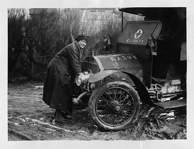 Водитель британской женской организации The First Aid Nursing Yeomanry заводит машину скорой помощи 20 век, автомеханик, женщина 20 век, женщина и авто, женщина и машина, механики, ретро фото, старые фото