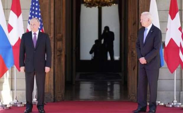 На фото: президент России Владимир Путин и президент США Джо Байден (слева направо)