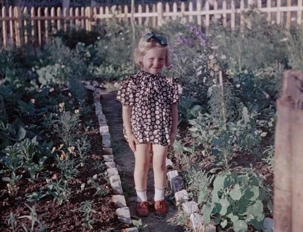 Девочка в огороде.