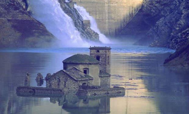 Заброшенная деревня поднялась со дна озера