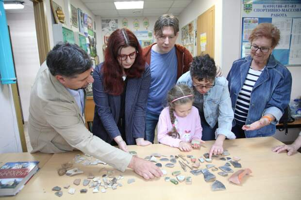 Любители археологии рассматривают фрагменты керамики, найденные на месте старинных усадеб/ Роман Балаев