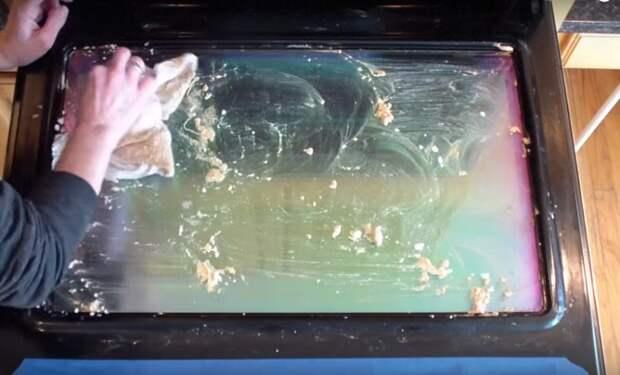 Пара капель, пара щепоток, губка — и стекло на дверце духовки сияет чистотой