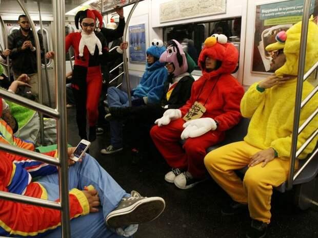 Еще одно театральное представление в подземке автобус, люди, метро, общественный транспорт, работа, электричка