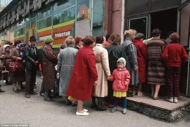 Как и почему в СССР стояли в очередях.