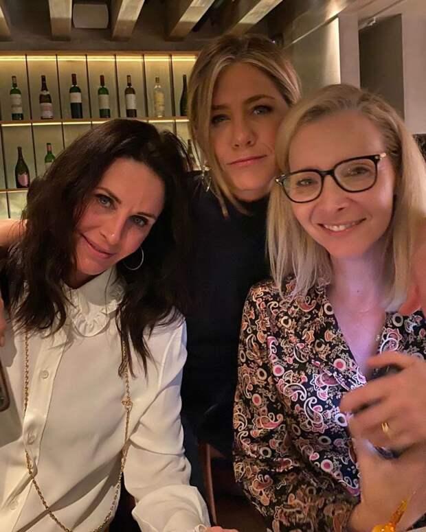 Вот как выглядят Рэйчел, Моника и Фиби из «Друзей» спустя 16 лет