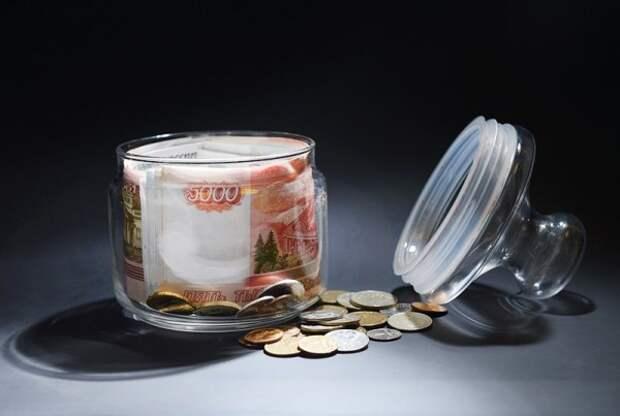 Крымчанка закопала в огороде 3 млн рублей, но банку с деньгами нашли