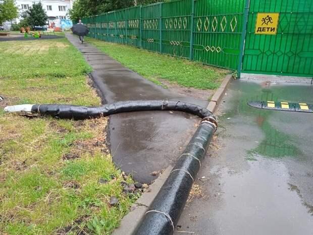 Мешавшую проходу пешеходов часть трубопровода убрали на Псковской