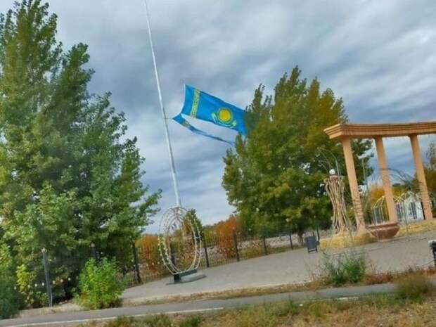 Сильный ветер порвал флаг в парке Аксая