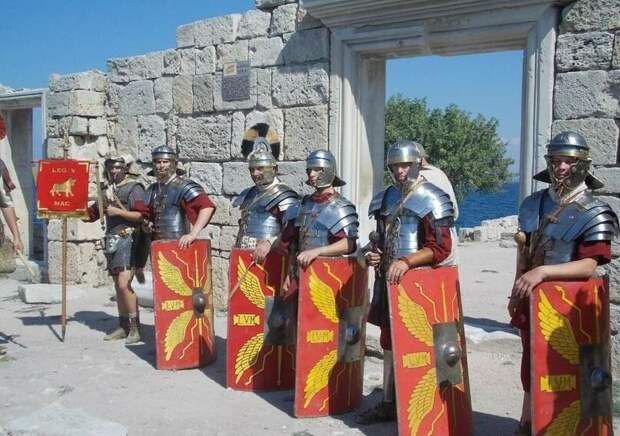 Современные реконструкторы у руин римских зданий в Херсонесе.