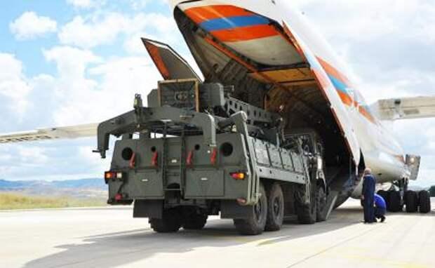 На фото: зенитная ракетная система С-400