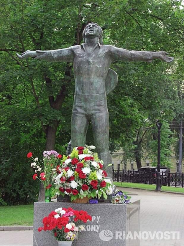 Владимир Высоцкий. г.Москва (1995). Скульптор: Г.Распопов.
