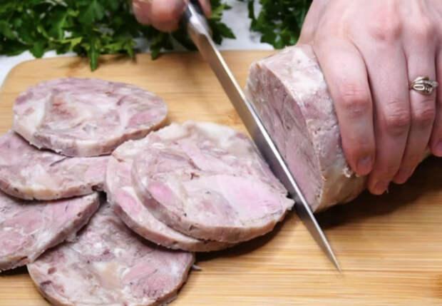 Кладем мясо в бутылку и получаем мясной рулет. Нужно только добавить специй и немного подождать