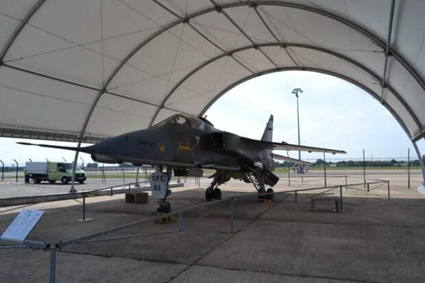 На открытых площадках Музея стоят два самолета SEPECAT Jaguar, построенных для ВВС Франции. Этот одноместный «Ягуар» А первоначально имел допплеровскую РЛС DECCA RDN72, но ценность машины в воздушном бою даже с устаревшими самолетами типа МиГ-17 и МиГ-19 (даже в китайском исполнении!) оказалась меньше, чем никакая, наземные цели она «не брала». Радар сняли, заменив лазерным дальномером-целеуказателем, с помощью которого можно наводить ракеты класса воздух-земля AS30L или управляемые бомбы. По идеологии применения этот самолет подобен советским МиГ-27 и Су-17М (Су-22М в экспортном исполнении), но даже в последней конфигурации отстает от них по оборудованию и вооружению