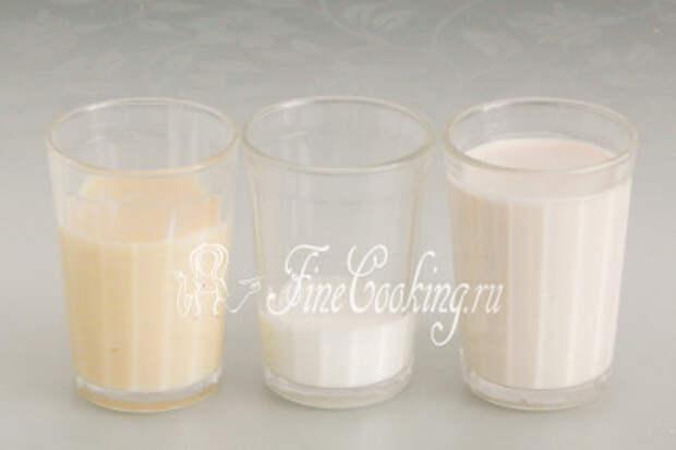 Для заливки, которая является отличительной особенностью этого нежного и сочного торта, возьмем три вида молока: сгущенное с сахаром, концентрированное и обычное