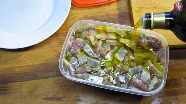 Малосольная селедка быстро и вкусно Еда, Рыба, Рецепт, Видео рецепт, Кулинария, Вкусно, Вкусняшки, Закуска, Селедка, Кухня, Ужин, Обед, Блюдо, Диета, Меню, Длиннопост