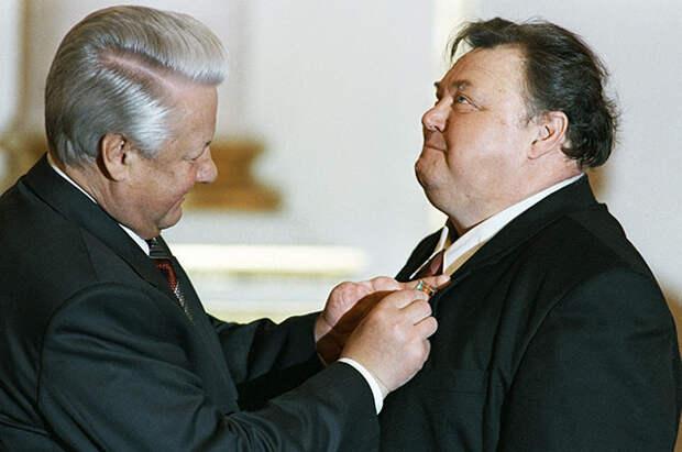 Борис Ельцин вручает Вячеславу Невинному орден «За заслуги перед Отечеством», 1995 г.