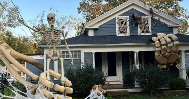 Любитель Хэллоуина украсил свой дом гигантским скелетом, выползающим из земли