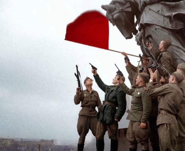 Facebook объяснил удаление постов сфото Знамени Победы над Рейхстагом