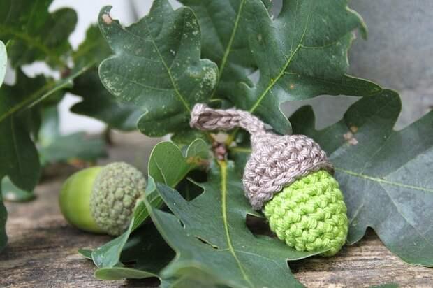 вязаные желуди в листьях