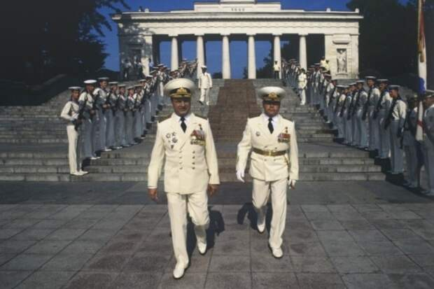 Игорь Касатонов, командующий Краснознаменным Черноморским флотом, в день ВМФ принимает парад в родном Севастополе. 1992 год. Фото: РИА Новости