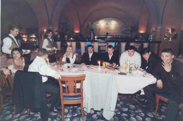 Ресторанные развлечения новых русских в 90-ые.