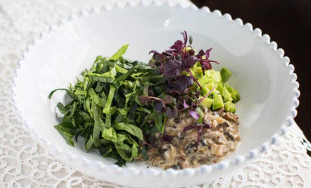 Нескучное блюдо в пост: зеленый кето-салат с авокадо и грибным жюльеном