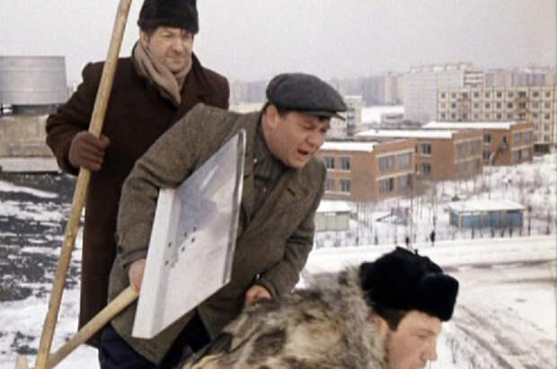 В кадре мы видим малоэтажную застройку - панельные пятиэтажки, которые долгое время формировали ландшафт на юго-западе Москвы.