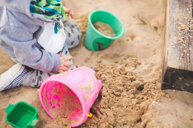 Во дворе на Нижегородской заменили песок на детской площадке